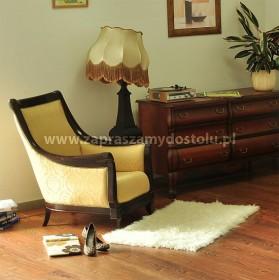 fotel z litego drewna